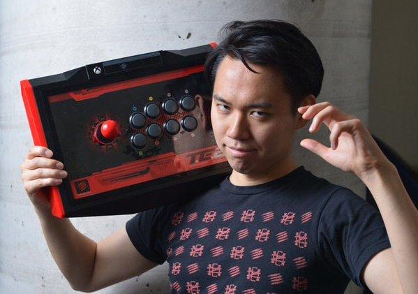 Tokido avec un TE2 Fightstick Xbox One sur l'épaule.